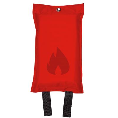 En röd brandfilt i förpackning med eld symbol