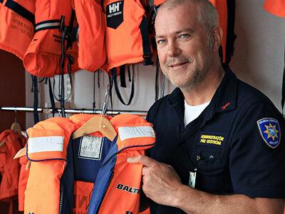 Pär visar upp en av de flytvästar räddningstjänsten hyr ut.