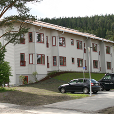 Ett vitt flerbostadshus