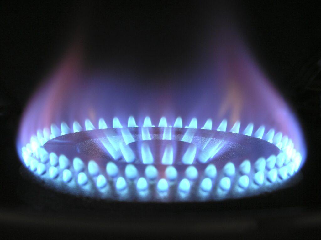 Blåsa lågor slår upp från en gasolbrännare. Det är mörkt omkring.
