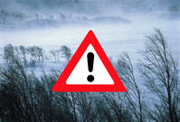 En varningstriangel med utropstecken med en snöig fjällvy i bakgrunden